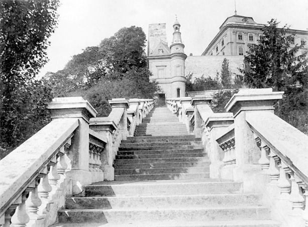 Budavári Palota - A déli kortinafalra Ybl Miklós által épített lépcső és lépcsőtorony - Czagány István - A budavári palota és a Szent György téri épületek (1966)