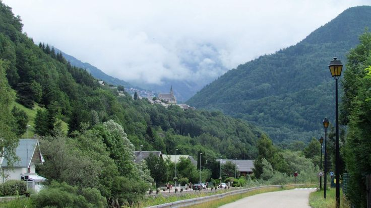 On our bike few days trip around Grenoble (France) and Col du Glandon. Col du Glandon is a high mountain pass in the Dauphiné Alps in Savoie, France, linking Le Bourg-d'Oisans to La Chambre. En nuestra bicicleta unos días de viaje alrededor de Grenoble (Francia) y Col du Glandon. Col du Glandon es un pase de alta montaña en los Alpes Dauphiné en Saboya, Francia, que une Le Bourg-d'Oisans a La Chambre. Na kole výlet kolem Grenoble (Francie) a Col du Glandon. #mountains #france
