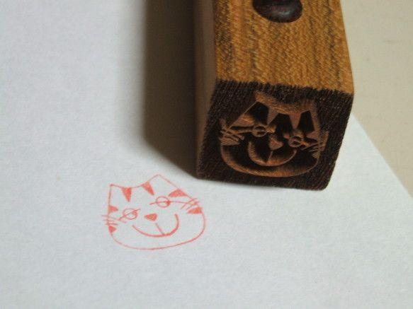 とっても可愛いシマシマ子猫☆ レーザー加工のハンコです。 サイズ:1.7cm×1.7cm *使用木材:サクラ お手紙やはがきの隅に、ちょこん...|ハンドメイド、手作り、手仕事品の通販・販売・購入ならCreema。