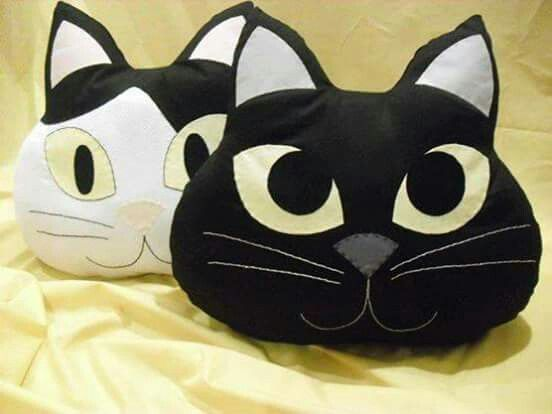 Gato almofada feita com feltro