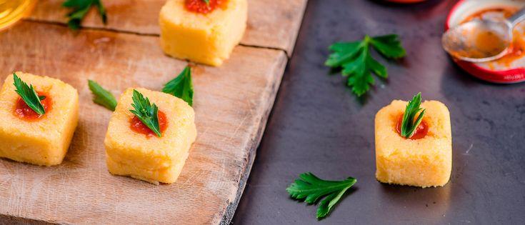 Una ricetta finger food adatta per gli aperitivi con amici: le polentine al sugo sono un'idea veloce e facilissima da preparare.