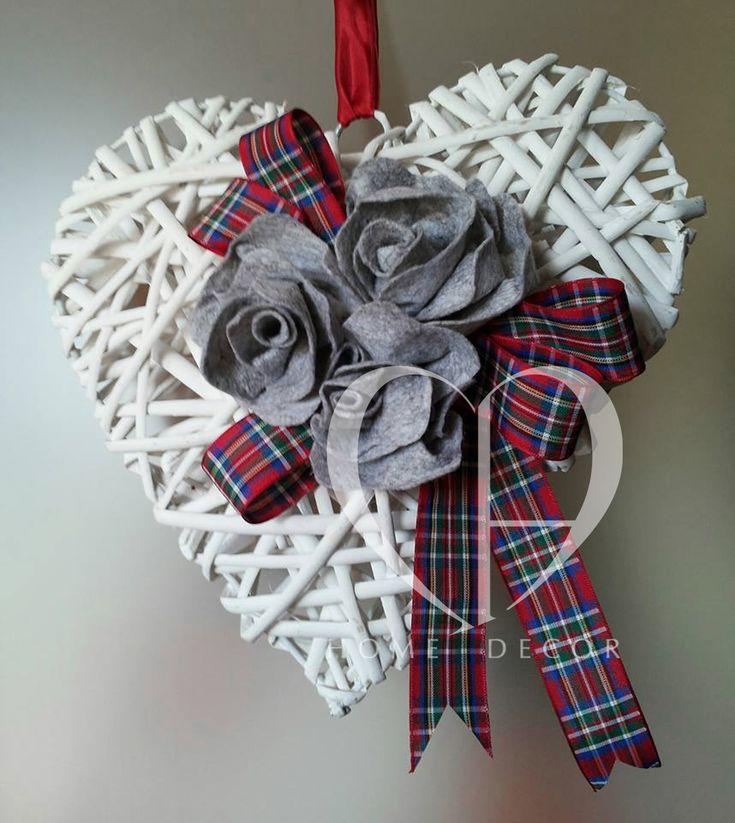 Rattan heart with white flowers in gray felt and tartan ribbons on red background dimensions 22 cm