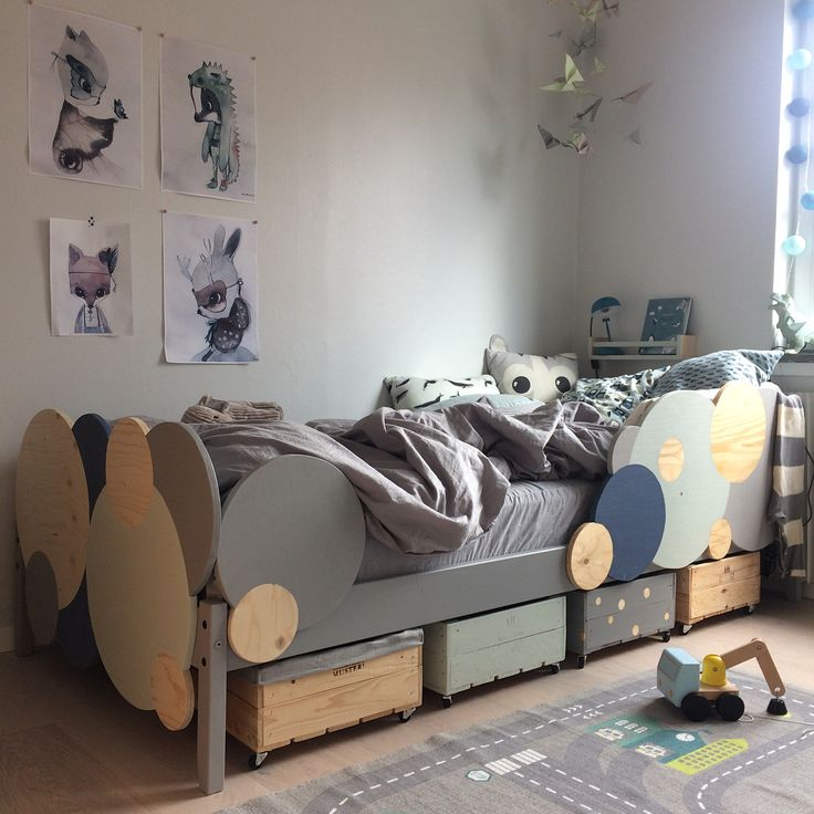 Nu är Hennings säng färdig! Ännu en IKEA produkt som fått lite kärlek. Lådorna under sängen är äppellådor från Kiviksmusteri som blivit en storlek mindre och fått hjul. #ikeadiy #kidspiration