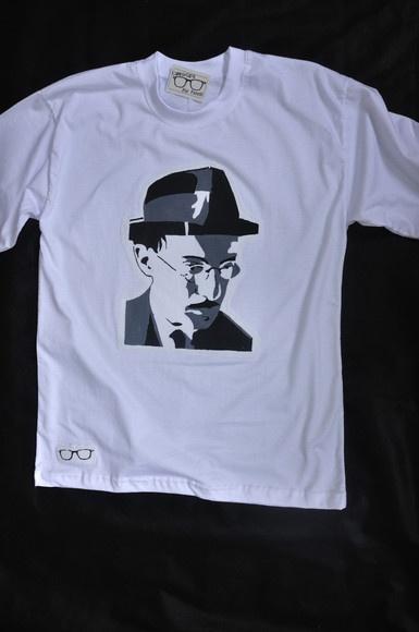 Camiseta com a estampa de Fernando Pessoa. Retirado de: http://www.elo7.com.br/fernando-pessoa/dp/1B64F0