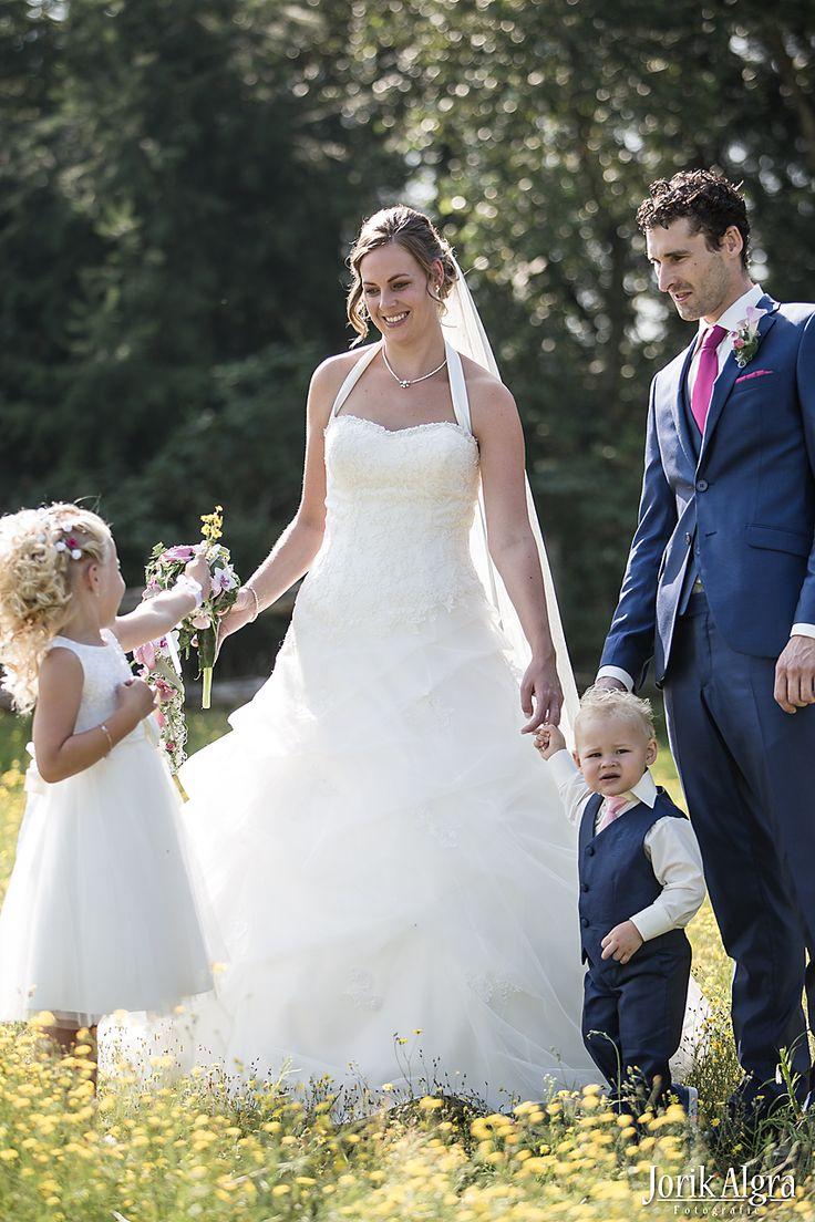 Een prachtig bruidspaar met bruidskinderen.Het jongetje is aangekleed door Corrie's. Het pakje van het jonkertje is gemaakt van dezelfde stof als het kostuum van de bruidegom. Bruidskinderen, bruiloft, huwelijk, trouwen. bruidskindermode.nl