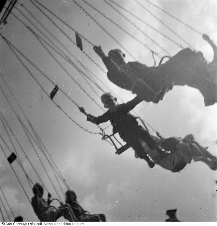 Cas Oorthuys Mensen in zweefmolen, Amsterdam (1945) © Cas Oorthuys/NFA, collectie Nederlands fotomuseum