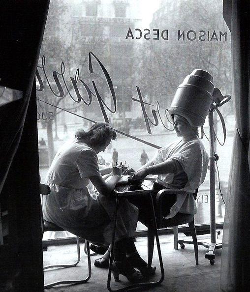 The Hairdresser Paris circa 1950 Robert Doisneau. Retrouvez toutes nos épingles sur notre page Pinterest : https://fr.pinterest.com/webarchitecte/ et/ou sur notre site internet http://webarchitecte.fr/community-manager-paris.html