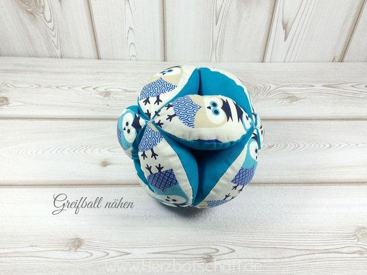 Die Patchworkdecke, die ich für meinen Neffen zu Weihnachten genäht habe, sollte einige Erlebniselemente enthalten. Ich habe daher diesen Greifball genäht und an der Decke befestigt. Dieser Greifball kann aber auch abgenommen und separat zum Spielen hergenommen werden. Solch ein Greifball ist ein super Geschenk für Babies, da auch diese den Ball schon gut greifen ...