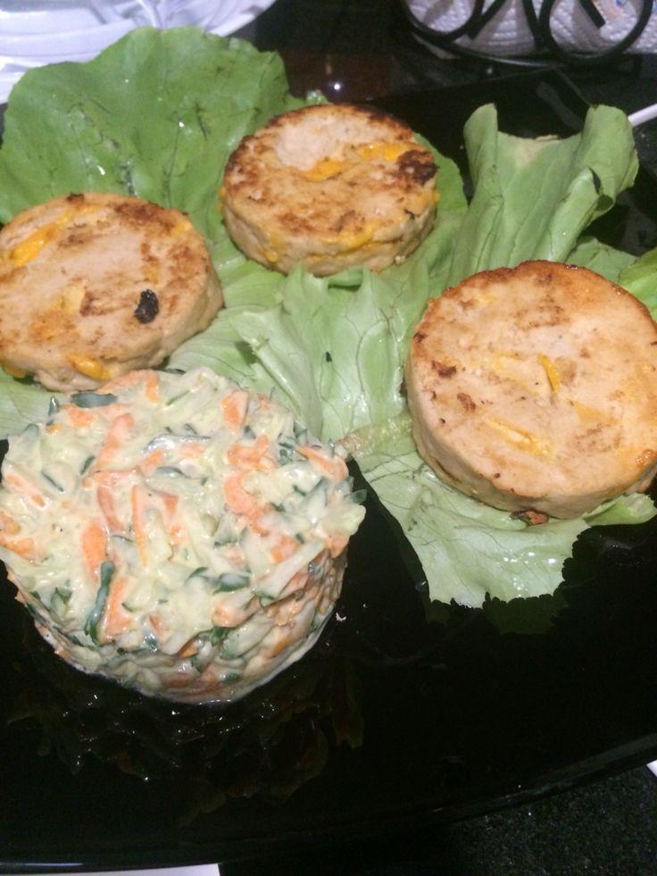 Buffalo Burgers: 1 libra carne picada de pollo 5 cucharadas de salsa barbacoa  1/2 taza de queso rallado (yo usé Cheddar) 1/2 cucharadita de ajo en polvo Sal 1/4 cucharadita 1/4 cucharadita de pimienta 1 huevo (opcional) Mezclar y preparar las hamburguesas, cocinar. Cucumber sale: 2 pepinos medianos, sin semillas y rallado 1 zanahoria rallada 2 cucharadas de mayonesa light 1 cucharadita de mostaza de Dijon Sal y pimienta a gusto Mezclar los ingredientes