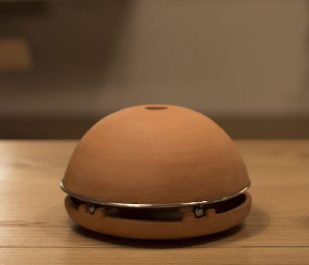 Egloo es un pequeño calentador inteligente que aprovecha la energía de una vela para calentar una habitación sin usar energía eléctrica.