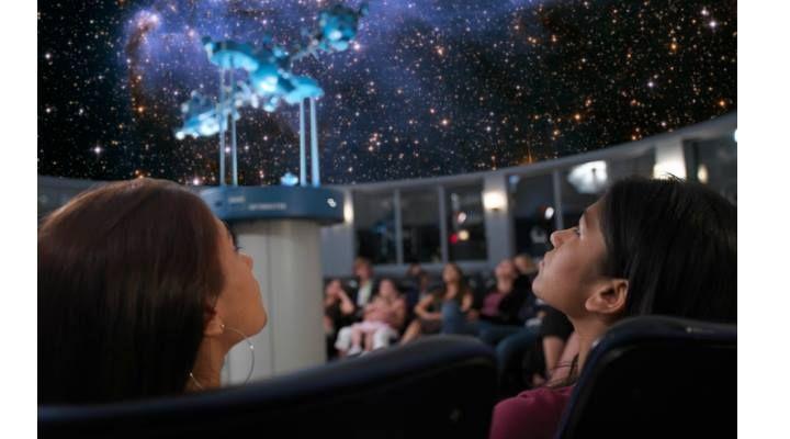 Dacă dorești să vezi constelații și asteroizi o poți face între 17 și 18…