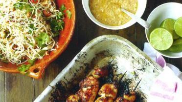 Jamie's 30 minute meal: Kipsatétjes met verrassende satésaus, hete eiernoedels en fruit met muntsuiker | VTM Koken