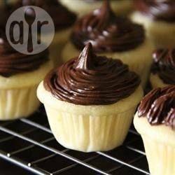 Deze cupcakes smaken fantastisch en zijn snel te maken! Je kunt varieren met verschillende melksoorten, olie en extracten; bijna alles werkt! Dit recept is als grote cake niet erg geschikt, want het rijst te weinig, maar voor cupcakes perfect! Heerlijk met een eevoudige frosting of wat cacaopoeder of poedersuiker.