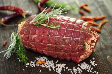 Mit diesem Rezept bereiten Sie ein herzhaftes Gericht für die Feiertage zu. Der zarte Selchroller ist eine typisch österreichische Speise.