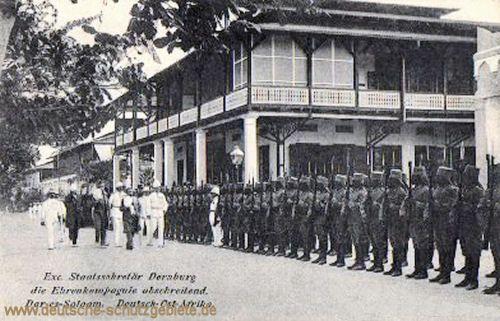 Exzellenz Staatssekretär Dernburg die Ehrenkompanie abschreitend, Dar-es-Salaam 1908