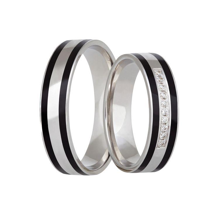 Překrásné snubní prsteny z bílého zlata s výplní z novoritu (keramického kompozitního materiálu) různých barev. Do dámského prstenu je fasováno deset menších třpytivých kamenů.