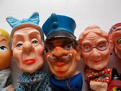 Poppenkastpop met grote, blauwe strik, gendarme en oma.