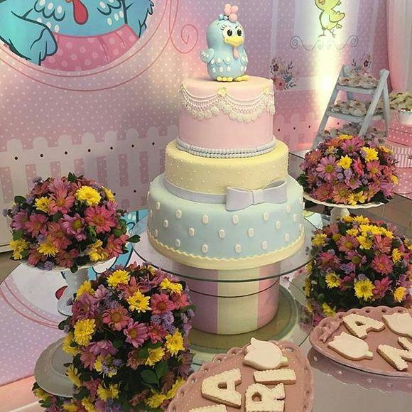 Bolo Fake em EVA 3 andares da Galinha Pintadinha. 3 andares de bolo forrado em EVA. Não contém bonecos. Bolo similar a foto. Foto meramente ilustrativa. Detalhes do bolo são combinados no chat.