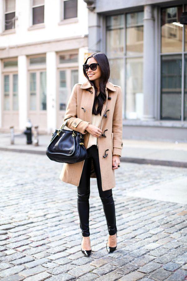 """""""ベージュ""""はブラックと組み合わせて大人の着こなしに  ツートーンのシンプルスタイルでレディに  ツートーンのシンプルスタイルでレディに 出典: https://jp.pinterest.com ベージュのダッフルコートは上品で女性らしい着こなしが得意なカラー。特に今年はブラウン系を着こなすことで、いい女風コーディネートになるので、合わせ方をマスターしましょう。今年はブラックアイテムとツートーンにすることでより女性らしい着こなしに。オフィスにも使えるコーディネートで、大人のカジュアルスタイルを目指しましょう。"""