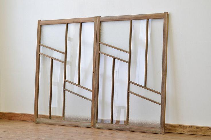 アンティーク ダイヤガラス入り!古い木味の引き戸2枚セット(窓) 価格 ¥32,000(税込) お気に入り商品へ追加 カテゴリー 和製アンティーク ドア・建具 / ガラス戸 リビング・ダイニング 商品ID R-005631 商品サイズ 高さ1270mm/幅875mm/奥行30mm ※多少の誤差はありますので予めご了承ください。 アンティーク ダイヤガラス入り!古い木味の引き戸2枚セット(窓)です。 人気のダイヤガラスがおしゃれにポイント使いされた、 和製アンティークの引き戸です。 このようなデザインのものは大変珍しく、 なかなかお目に掛かれません。 時間を経た木味の風合いがとても素敵な一品です。 画像にありますように所々に腐食がありますので、ご理解の上お願いします。 木味の風合いそのままの販売です、こすれ・ハガレ・腐食などありますが、味わいとしてご理解いただける方のご購入をお願いいたします。 使用上問題のあるダメージはありません。