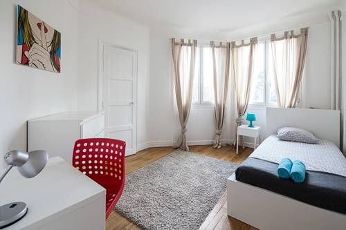 Three-Bedroom Apartment in Southern Paris Paris Three-Bedroom Apartment in Southern Paris offers accommodation in Paris, 2.7 km from Paris Expo - Porte de Versailles and 3.9 km from Notre Dame Cathedral. The apartment is 4.1 km from Orsay Museum. Free WiFi is provided throughout the property.