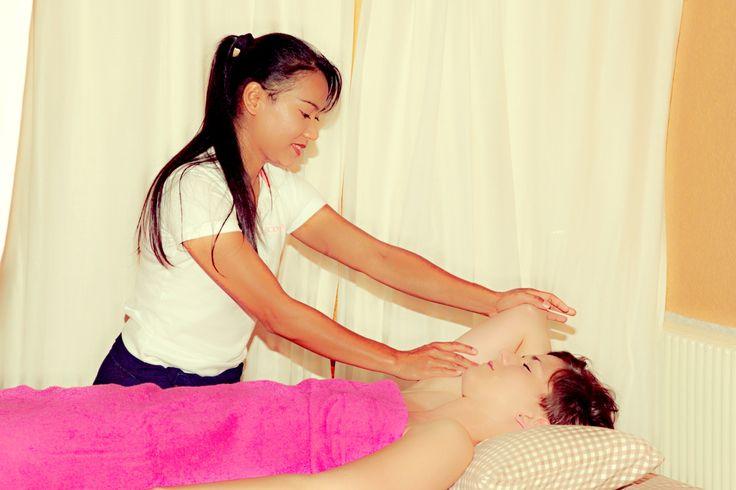die traditionelle Ölmassage löst Verspannungen und erhöht den Wohlfühlfaktor http://www.freiburger-thaimassage-herdern.de/index-3.html