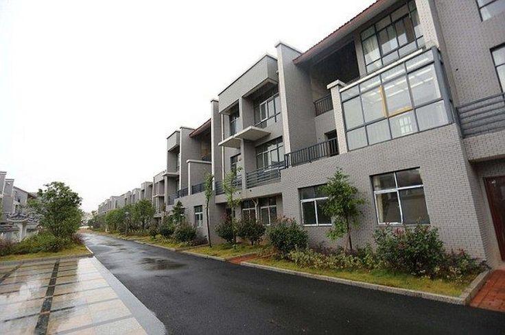 Миллионер построил новые дома для всех бывших односельчан