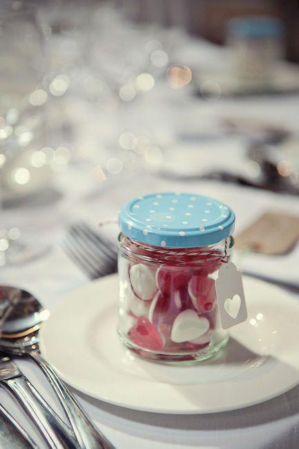 une autre idée sympa pour les cadeaux des invités : un petit pot rempli de bonbons (plus facile à faire que les pots de confiture !)