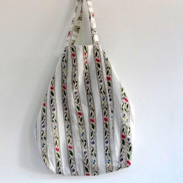 Sac cabas en coton blanc imprimé petites fleurs multicolores, doublé coton vert uni . shopping bag : Autres sacs par akka-accessoires