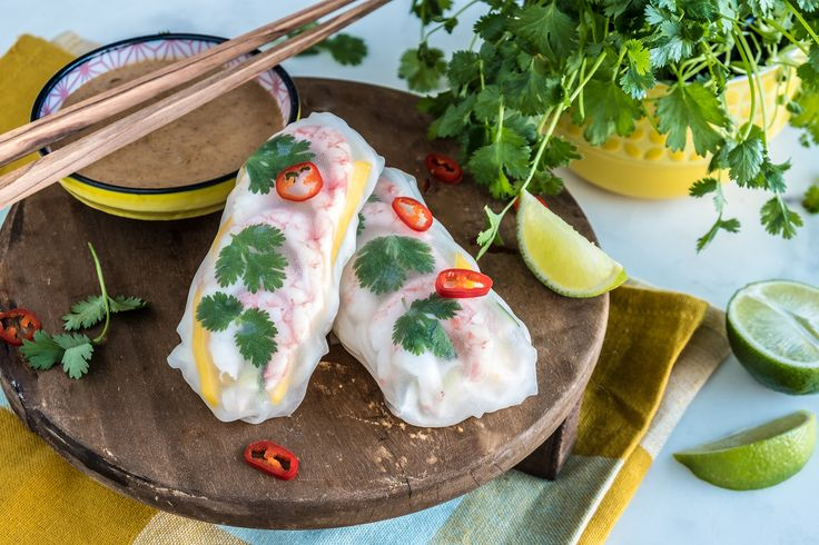 Disse vårrullene skal ikke friteres, men nytes slik de er. Ferske grønnsaker og reker pakkes inn i mykt rispapir og dyppes i peanøttsaus. Oppskrift og fremgangsmåte finner du her.