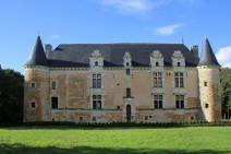 chateau de la Grande Jaille 86200.  Eléments protégés MH: le chateau, les façades et les toitures du pavillon (ancienne chapelle). Les communs. Ce château, propriété privée, ne se visite pas.
