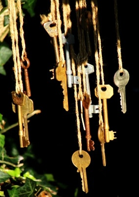 Musical wind chimes made from keys great idea for all those keys that you have no idea what they belong to! :)