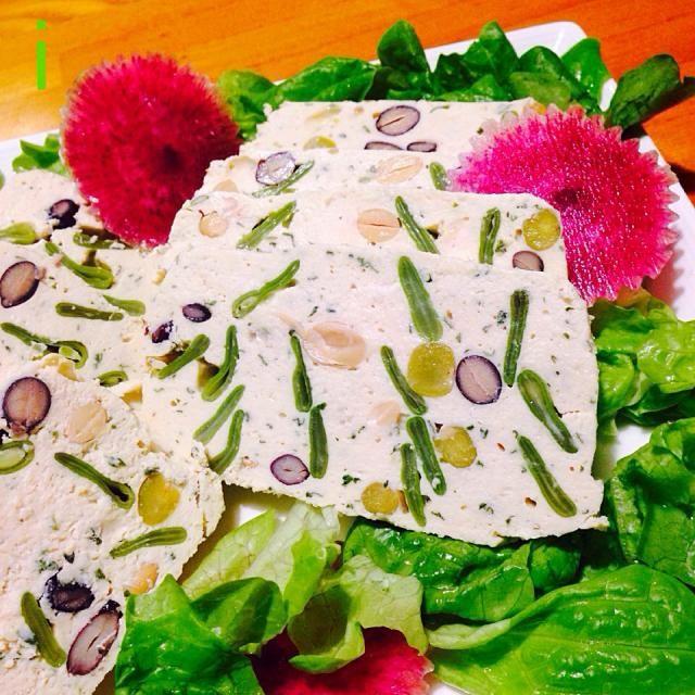 何度作っても、模様が違って楽しいです♪ 今回は、チーズなしで、大葉入れました。ちょっと和風。 - 59件のもぐもぐ - チキンのテリーヌ風 ミックスビーンズ+モロッコインゲン 豆オンパレード❗️ by izooming