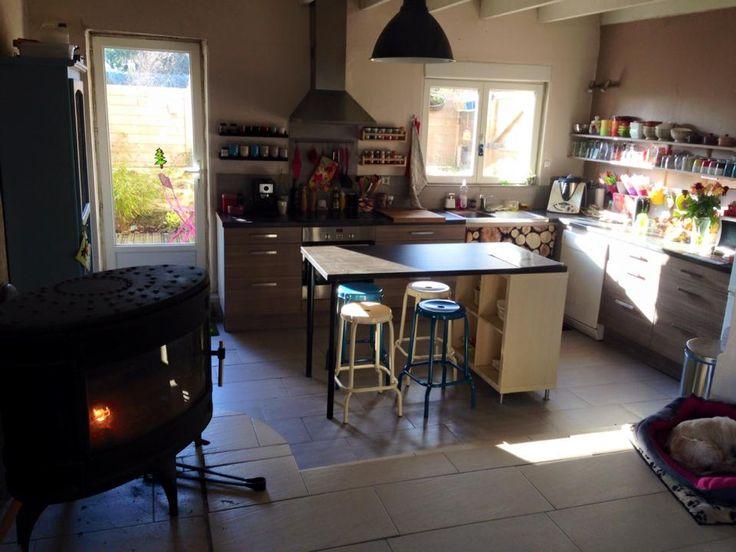 Pour réaliser mon îlot de cuisine, j'ai utilisé : – un meuble KALLAX – 1 plateau LINMON de 150cm – 2 pieds réglables OLOV coloris noir – 4 pieds alu sous meuble KALLAX. J'ai simplement fixé le plateau au meuble KALLAX avec 2 équerres. J'ai ensuite rajouté des demies étagères dans les cases du KALLAX pour optimiser le rangement et des crochets avec de jolies maniques…IKEA bien sûr ! A bientôt ! ~Lucie Gervois, France Vous aimerez aussi : Une bibliothèque Kallax pour votre chat Un meuble de…