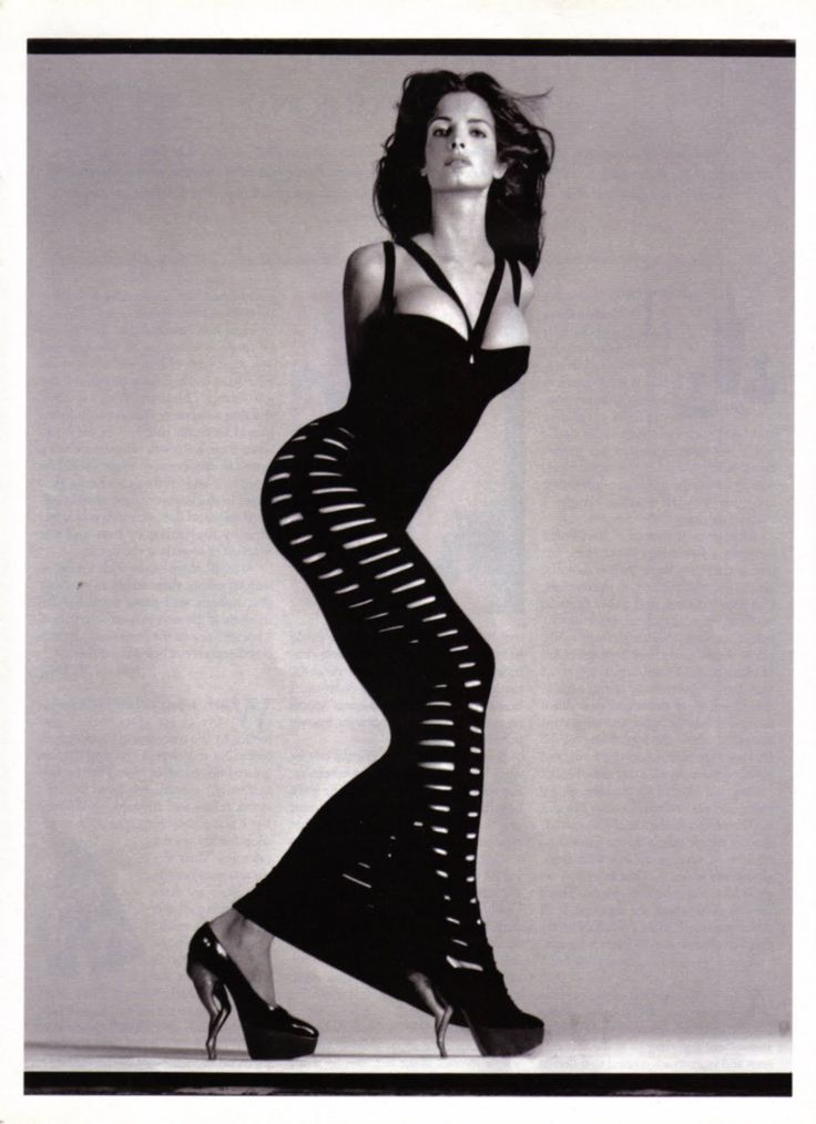 Known for his awe-inspiring combinations, Azzedine Alaia greatly influenced the silhouette of the woman of the 1980s. The master of all kinds of techniques that had previously been known only to haute couture, he experimented with many new and underused materials, such as spandex and viscose.