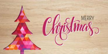 Kerstkaart met een houten achtergrond en kerstboom in een grafisch patroon.