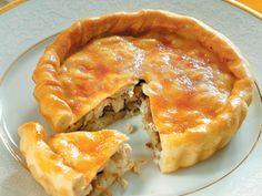 Закрытый пирог с начинкой из курицы, риса и грибов