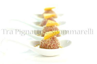 Praline di tonno, mandorle, arancia e finocchietto selvatico, con riduzione di mango e zenzero e piccoli crostini di pane al profumo di agrumi   Tra pignatte e sgommarelli