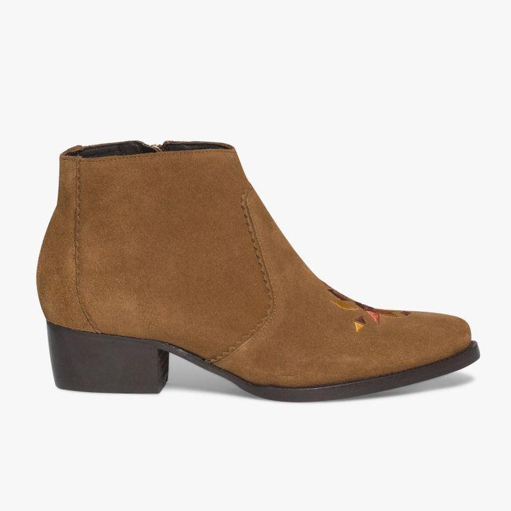 Boots folk à talon en cuir velours marron  Un boots esprit folk avec ses motifs colorés géométriques sur l'avant du pied et son bout légèrement pointu. A noter, son zip sur le côté intérieur du pied pour faciliter le chaussant. Fabriqué en France. Talon : 4 cm.   •#SHOESINMYLIFE On peut l'associer avec un jean ou une robe coupe droite .  •Prendre votre pointure habituelle.