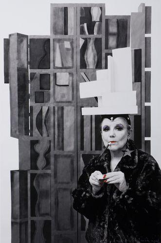 Louise Nevelson, cujo nome completo era Louise Berliawsky Nevelson, originalmente Leah Berliawsky, era uma escultora russa-americana conhecida por suas peças abstratas realizadas com caixas de madeira