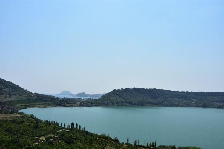 Jezioro Averno, Italia, niedaleko Neapolu w mitologii i literaturze (m.in. w ,,Eneidzie'' Wergiliusza) występuje jako wejście do Hadesu, pachnie siarką bo jest jeziorem wulkanicznym położonym w dawnym kraterze.