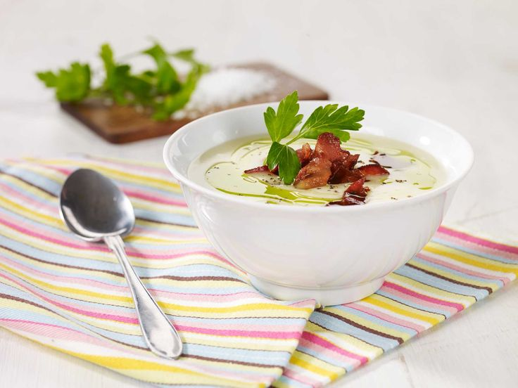 I denne oppskriften har poteten i kombinasjon med purre blitt til en rykende suppe med sprøstekt bacon og frisk persille.