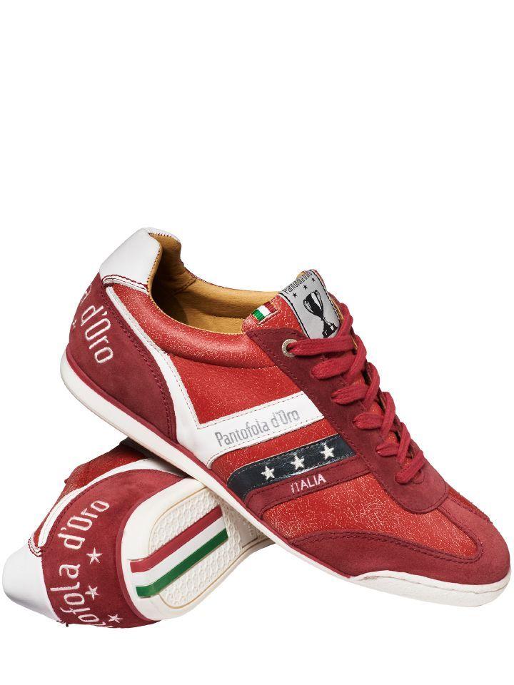 RETRO-SNEAKER VASTO. An den Füßen italienischer Profifußballer ist der Pantofola D'Oro groß und berühmt geworden - viele schwören heute noch auf den erstklassigen Ledersneaker, weil er hochwertig verarbeitet ist und ein perfektes Ballgefühl verspricht. Und waren die Stollen abgelaufen, wurde er schlichtweg als Straßenschuh getragen. Das machen Sie mit dem Vasto jetzt von Anfang an. Kultivierter Material- und Farbmix, mit den typischen drei Sternen an der Außenseite.