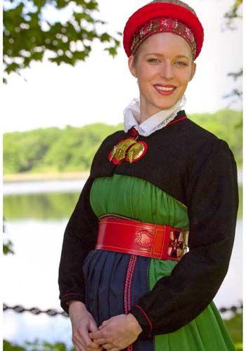 Sweden. I Sörmland finns två av Sveriges äldsta folkdräkter fortfarande i bruk – Vingåkers- och Österåkersdräkten. Redan 1674 bestämde sockenstämman i Västra