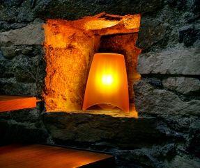 Lampe d'ambiance MOOD est impénétrable tel un volcan en fumée: en fonction de la couleur choisie, la lumière peut être rafraîchissante, chaleureuse ou comfortable. Les lamelles à l'intérieur de l'abat jour reproduit sur la surface satinée, des motifs fascinants.  Design:koziol werksdesign   inspiré de la nature lumière émise douce avec un léger jeu d'ombres maintien stable grâce au support à trois pieds
