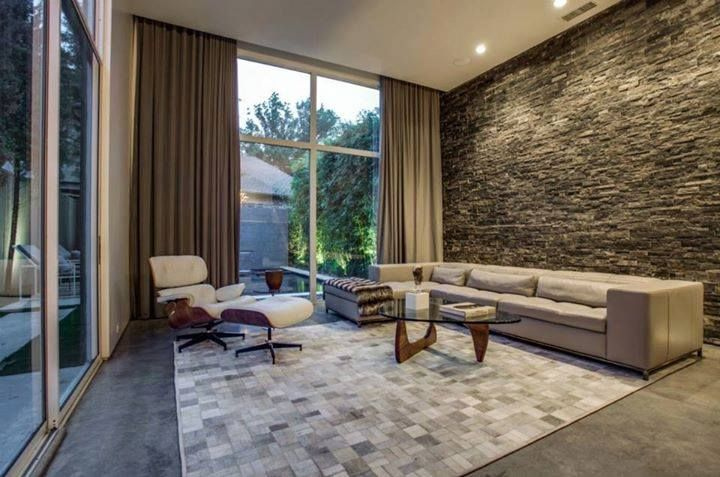Natuursteen ledgers/muurstrips tegen de muur, de grote tegels aan de zijkant zijn keramische tegels