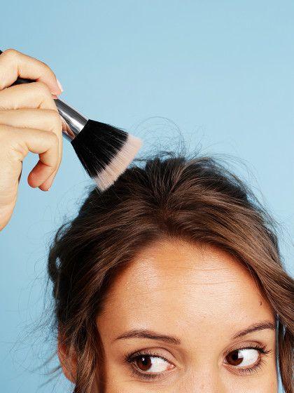 2. Abstehende Haare bändigenHabt ihr manchmal ein paar abstehende Haare, die einfach nicht in die Frisur hinein wollen. Oder ärgern euch abgebrochene Härchen am Deckhaar.Ein Pinsel und etwas Haarspray können helfen. Das Haarspray wird auf den Pinsel gesprüht. Dann fahrt ihr in Haarrichtung mit dem Pinsel über die nervigen Härchen und bringt sie in Form.So betoniertihr nicht den natürlichen Stand eures Haars mit Spray zu, verklebt das D...