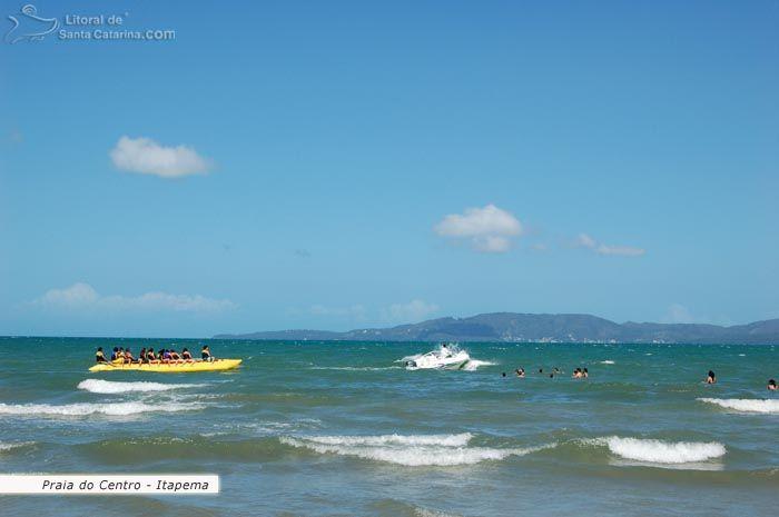 Praia de Itapema, banana boot levando os turístas para um passeio cheio de emoções.