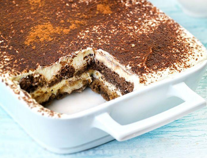 Η Αργυρώ μας δίνει τη συνταγή της κυρίας Αθηνάς,για φανταστικό τιραμισού. Υλικά συνταγής (για 12 μερίδες): 4 πακέτα μπισκότα σαβουαγιάρ βανίλια σοκολάτα 500 γρ. τυρί κρέμα, μασκαρπόνε 1 λίτρο κρύα κρέμα γάλακτος 35% λιπαρά χτυπημένη σε παχύρρευστη μορφή 200 γρ. ζάχαρη 1 αβγό 1 κρόκο αβγού 200 γρ. σοκολάτα γάλακτος ξύσμα Για το σιρόπι καφέ: …