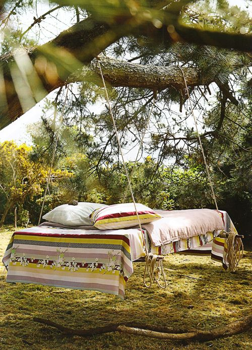 Sounds easy enough; make a tree swing daybed with an old pallet and rope... All I need now is a tree...!